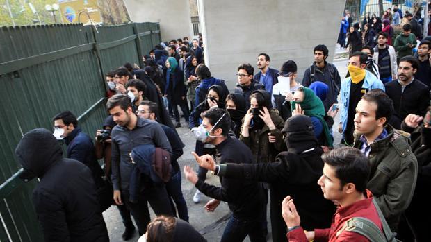 Estudiantes iraníes se enfrentan a la policía en la universidad de Teherán