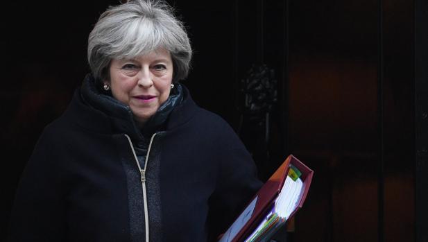 Theresa May sale de su residencia oficial para asistir a la sesión de control al Gobierno