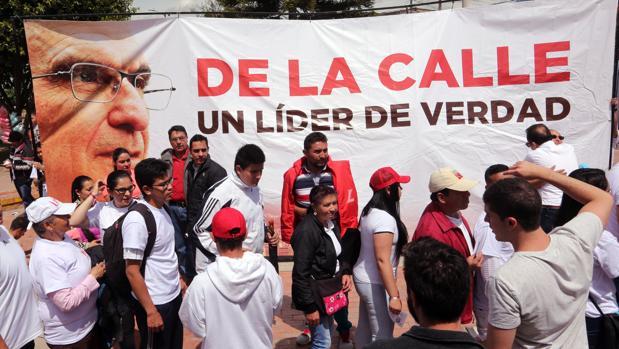 Decenas de seguidores participan en el lanzamiento el pasado fin de semana de la campaña política de Humberto de la Calle, para las elecciones presidenciales