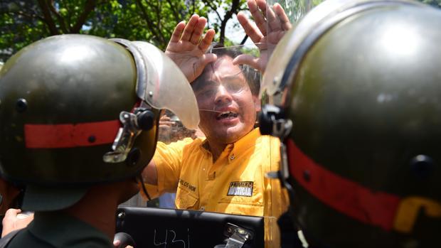 Agentes de las fuerzas de seguridad venezolanas se enfrentan a manifestantes en las protestas de abril de 2017