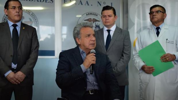 Lenín Moreno en el hospital de las FF.AA.. de Quito, tras visitar a tres soldados heridos en un atentado cerca de la frontera con Colombia, que las autoridades atribuyen a guerrilleros de las FARC disidentes