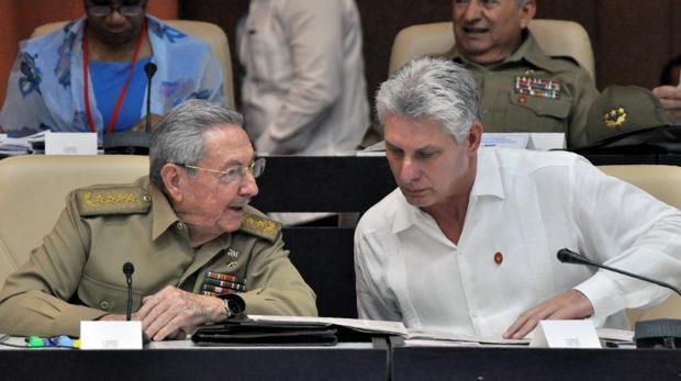 Raúl Castro (izq.), en una imagen de 2017 con el primer vicepresidente y favorito a la sucesión, Miguel Díaz-Canel