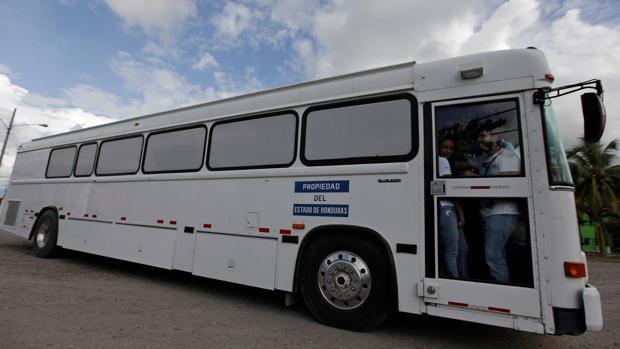 Un autobús transporta a algunos hondureños deportados por el Gobierno estadounidense