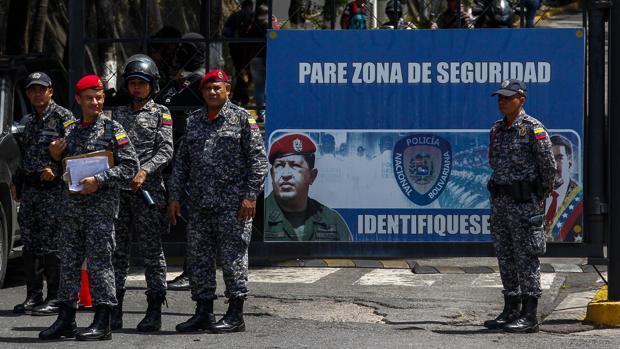 Agentes de seguridad, ante la sede del Sebin en Caracas, conocida como el Helicoide, este jueves