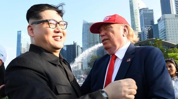 Imitadores de Kim Jong-un y Donald Trump en un parque en Singapur