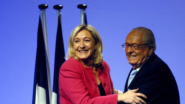 Marie Le Pen junto con su padre, Jean Marie Le Pen en un acto público