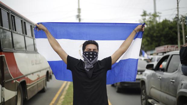 Cientos de personas a bordo de motocicletas, vehículos y camionetas salen de Managua (Nicaragua) hoy, domingo 15 de julio de 2018, rumbo a Masaya, una ciudad que ha sido el símbolo de las protestas contra el Gobierno de Daniel Ortega, y que se encuentra asediada por policías y parapolicías. EFE/Rodrigo Sura