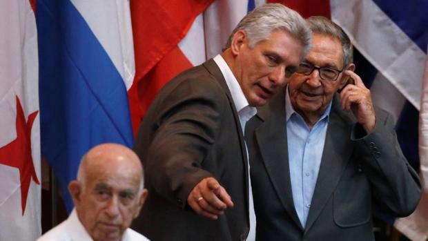 El presidente de Cuba Miguel Díaz-Canel y el expresidente Raúl Castro conversan durante el Foro de Sao Paulo