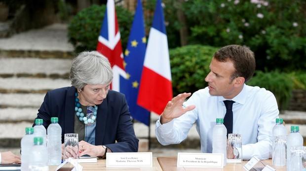 Theresa May y Emmanuel Macron durante la cumbre celebrada en Francia