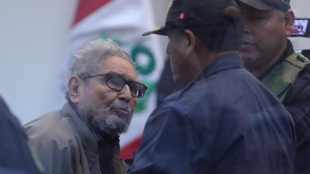 El líder de Sendero Luminoso, Abimael Guzmán, asiste a una audiencia en Lima, Perú