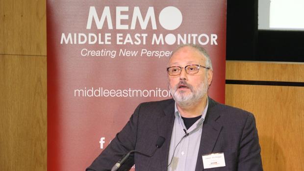 El disidente saudí Jamal Khashoggi habla en un evento organizado por el Monitor de Oriente Medio en Londres