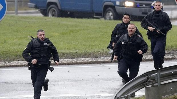 Imagen de archivo: la policía francesa en París en 2015