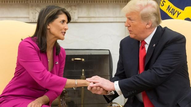 Nikki Haley estrecha la mano del presidente Donald Trump