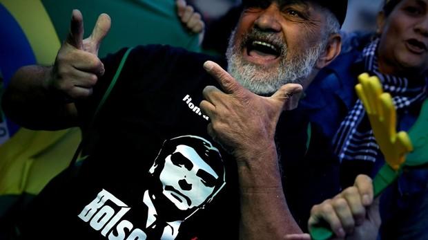 Un partidario de Bolsonaro celebra su elección