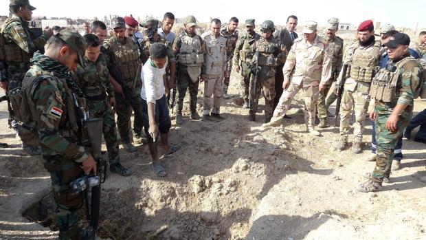 Foto archivo de las fuerzas iraquíes registran el sitio de una presunta fosa común