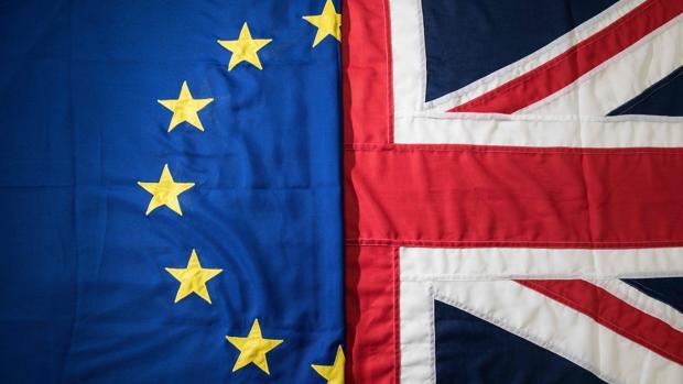 La bandera europea y la británica en una imagen de archIvo