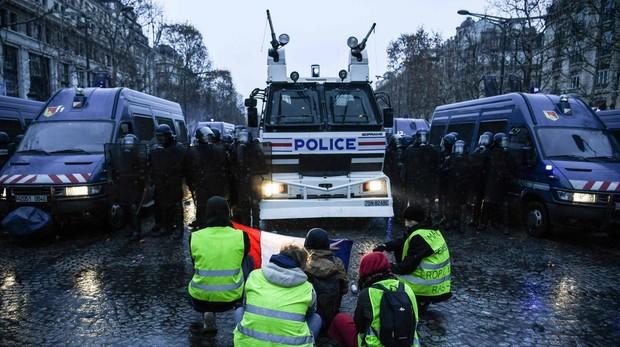 Protestas de los chalecos amarillos en los Campos Eliseos, en París