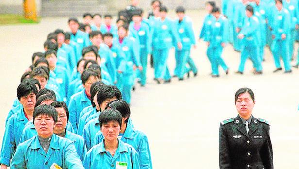 Prisioneras desfilan en un centro de reeducación en China