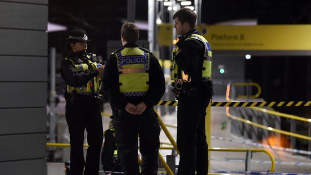 Policías en la estación en la que ha tenido lugar el ataque