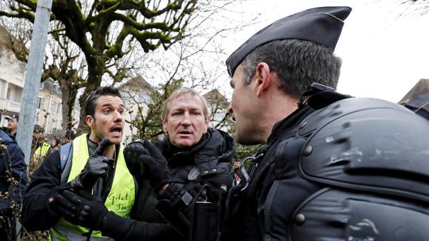 Forcejeo de un gendarme y un chaleco amarillo en la localidad francesa de Souillac