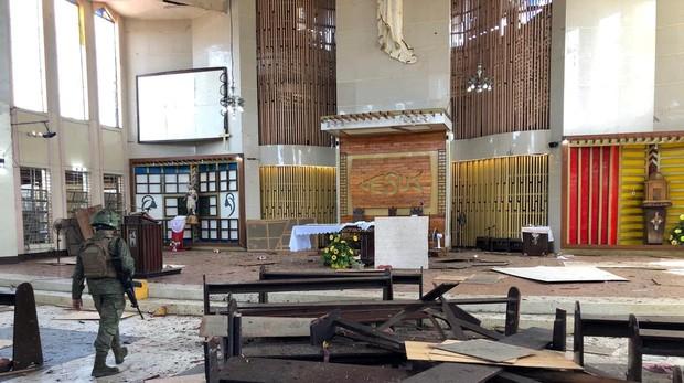 Interior de la catedral de Jolo después del atentado con dos bombas