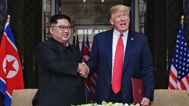 Donald Trump (d), y el líder de Corea del Norte, Kim Jong-un (i), mientras se dan la mano en Singapur