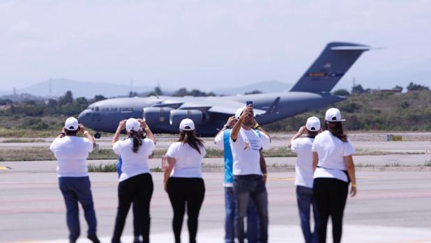 Un avión de carga C-17 de la Fuerza Aérea de Estados Unidos con ayuda humanitaria