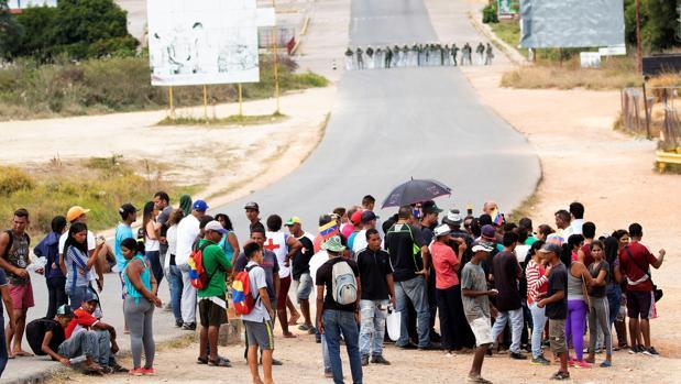 Unos 300 manifestantes antichavistas se aglomeran en el paso fronterizo entre ambos países, en la localidad de Pacaraima en la frontera con Brasil