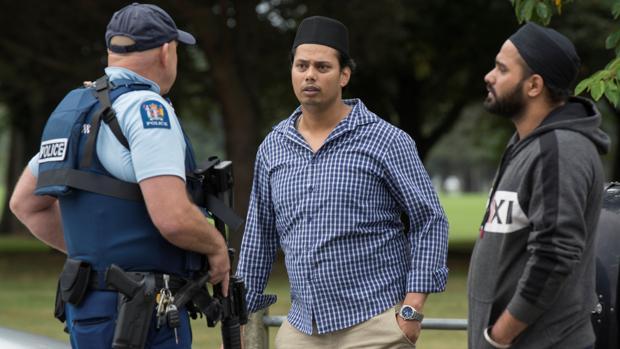 Testigos y policías en las inmediaciones de una de las mezquitas atacadas en Christchurch