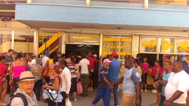 Colas para comprar comida en Cuba