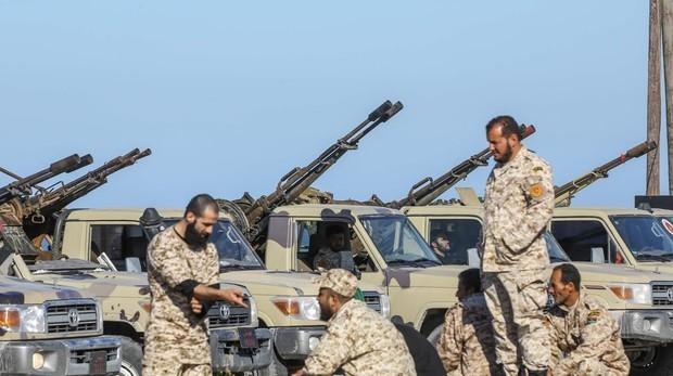 Las fuerzas del Gobierno libio de Acuerdo Nacional, respaldadas por la ONU, llegan a Tajura procedentes de su base en Misrata tras confrontarse con las tropas del mariscal Haftar