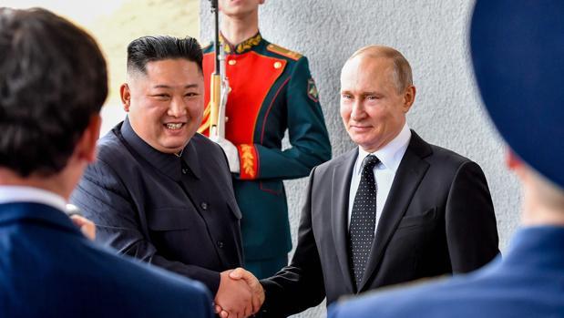Kim Jong-un y Vladimir Putin, en la primera cumbre que mantienen en Vladivostok