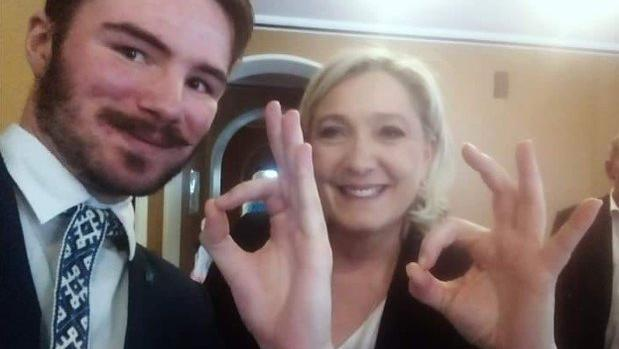 Ruuben Kaalep y Marine Le Pen haciendo el gesto «OK» en un selfi