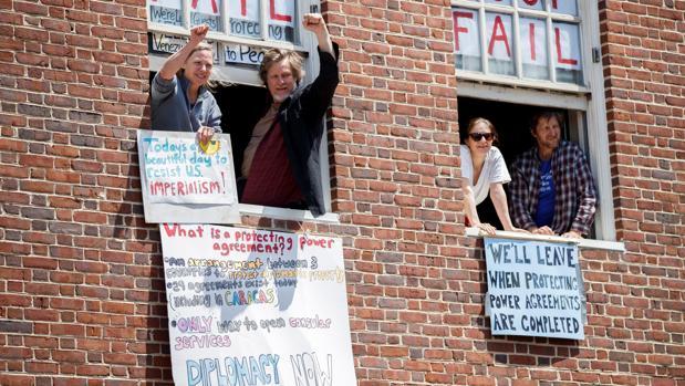 Los «okupas» que permanecían desde el 30 de abril encerrados la Embajada venezolana en Washington, en una imagen tomada ayer