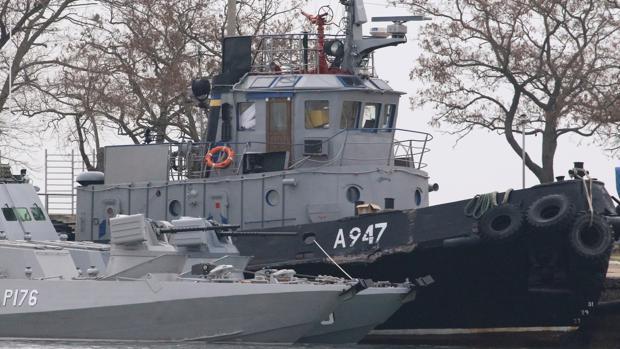 Los barcos incautados, amarrados en el puerto de Kerch (Crimea)