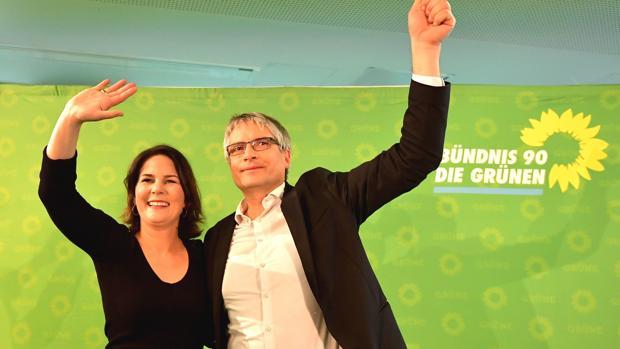 Annalena Baerbock y Sven Giegold, saludan desde el escenario después de que se anunciaron los resultados de las euopeas