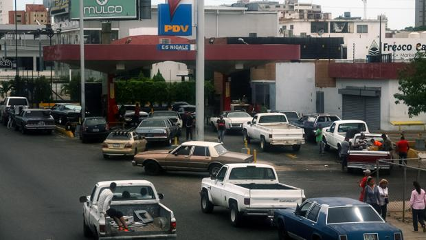 Un grupo de vehículos haciendo fila para comprar gasolina, en la ciudad de Maracaibo