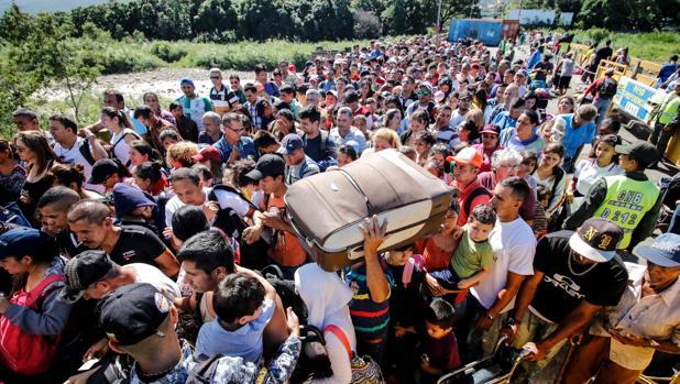 Una multitud se agolpa en el puente internacional Simón Bolívar para cruzar desde San Antonio del Táchira, en Venezuela, a Cúcuta, en Colombia