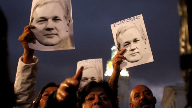 Los seguidores de Julian Assange se manifiestan frente al palacio presidencial con respecto a su ciudadanía ecuatoriana en Quito