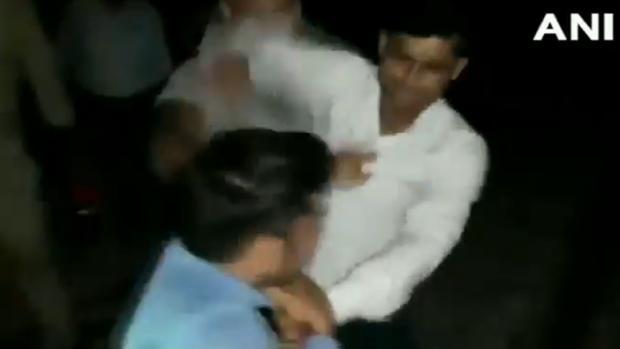 Momento de la agresión al periodista Amit Kumar Sharma