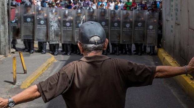 Un ciudadano caraqueño frente a un grupo de policías