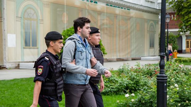 La policía rusa detiene a un participante de la manifestación de apoyo a Golunov
