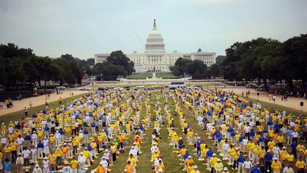 Miembros del grupo espiritual Falun Gong reunidos en Washington DC, EE.UU.