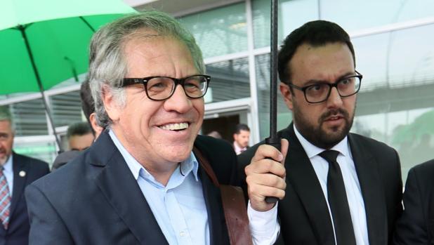 El secretario general de la Organización de los Estados Americanos (OEA), Luis Almagro (i), llega a Bogotá
