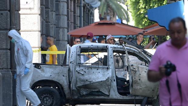 Vehículo afectado por la explosión en el centro de Túnez