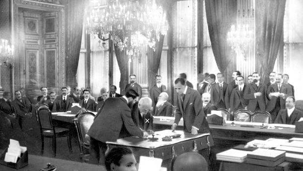 Georges Clemenceau, primer ministro francés, firma el Tratado de Versalles el 28 de junio de 1919