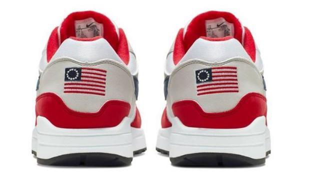Las zapatillas con la bandera de Betsy Ross que Nike ha retirado