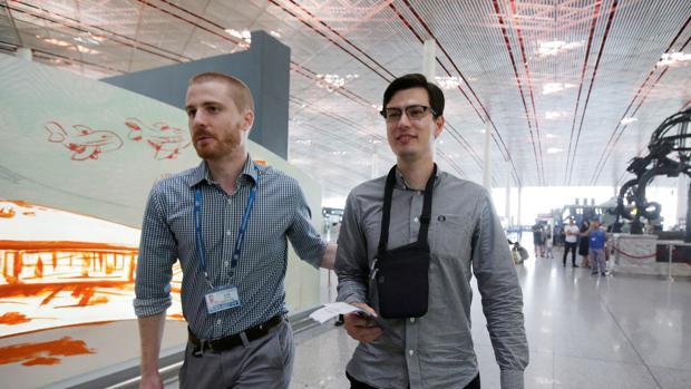 Alek Sigley, en el aeropuerto de Pekín tras ser liberado por Pyongyang