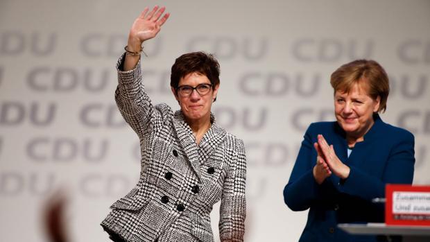 Annegret Kramp-Karrenbauer, acompañada por Ángela Merkel, en un acto de la CDU el pasado diciembre