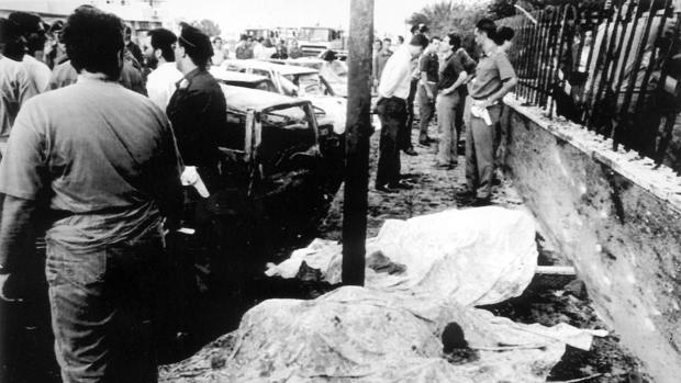 Los cuerpos de dos escoltas del juez Borsellino el día del atentado, el 19 de julio de 1992 en Palermo